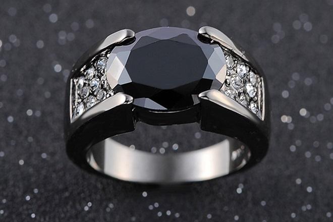 Кольцо из черного сапфира