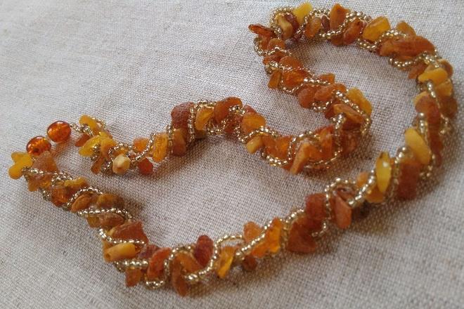 Ожерелье из необработанного янтаря