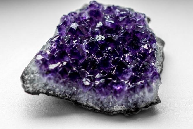 Фиолетовый камень