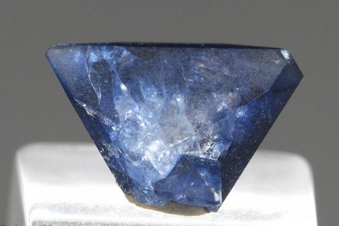 Сине-голубой бенитоит