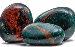 Гелиотроп или Кровавик — сильный минерал с мрачной красотой и вкраплениями