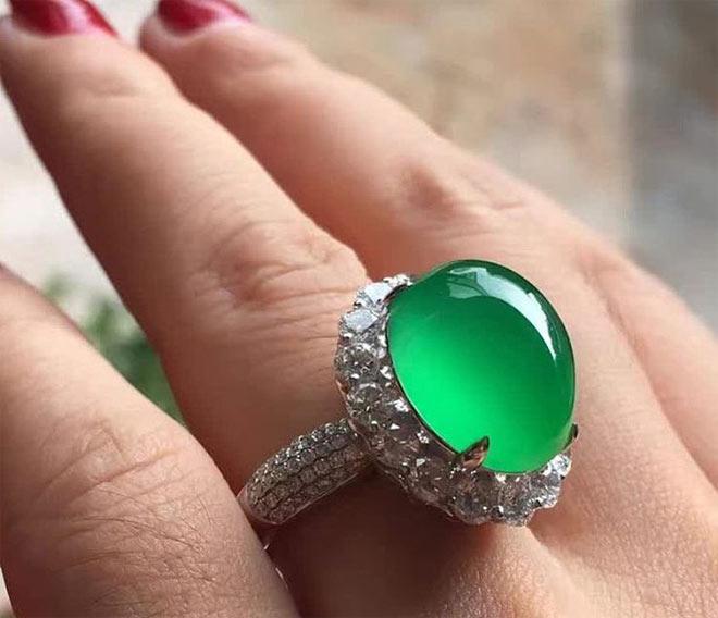 кольцо с камнем жадеит