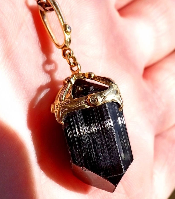 золотой кулон с черным турмалином