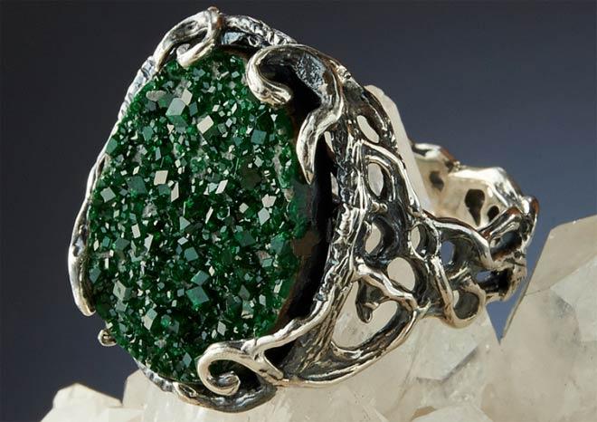 кольцо с уваровитом