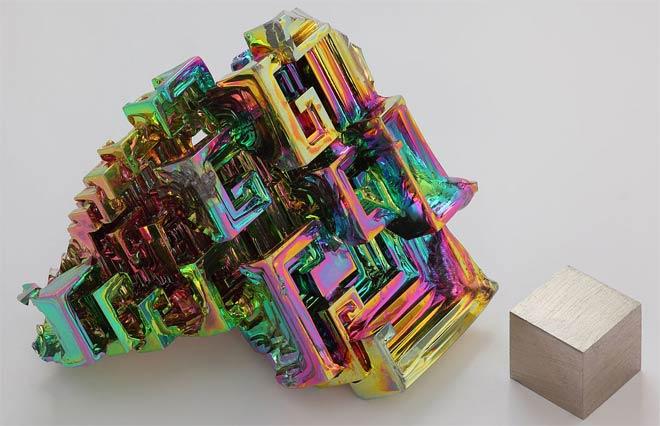Синтетический кристалл висмута и слиток объёмом 1 см3.
